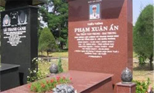2014 JAN 15 Mộ phần Phạm Xuân Ẩn