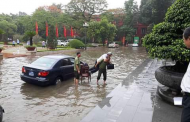 Hình Ảnh Dân Còng Lưng Cõng Quan lớn Xã Hội Chủ Nghĩa: Cười Ra Nước Mắt...Lụt Lội